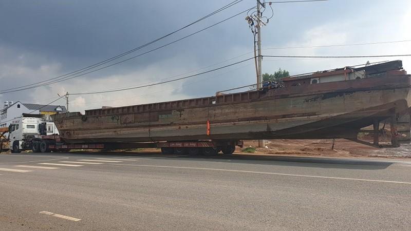 Xe chở thuyền dài 28 m khiến đèo Bảo Lộc ách tắc - ảnh 1