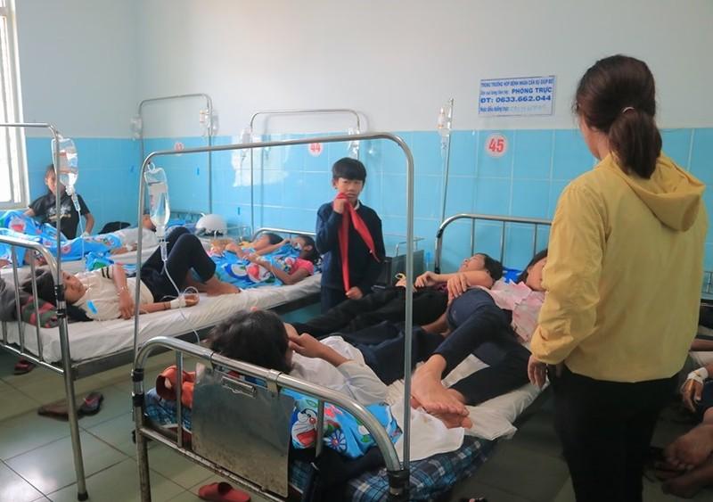 Hàng loạt học sinh nhập viện sau khi ăn bánh mì - ảnh 1