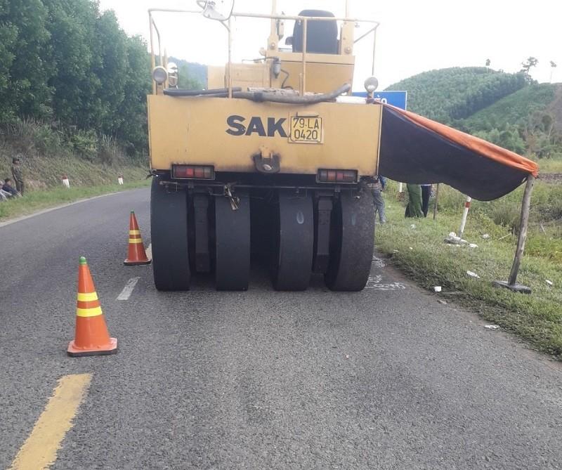 1 công nhân làm đường bị xe lu tông tử vong - ảnh 1