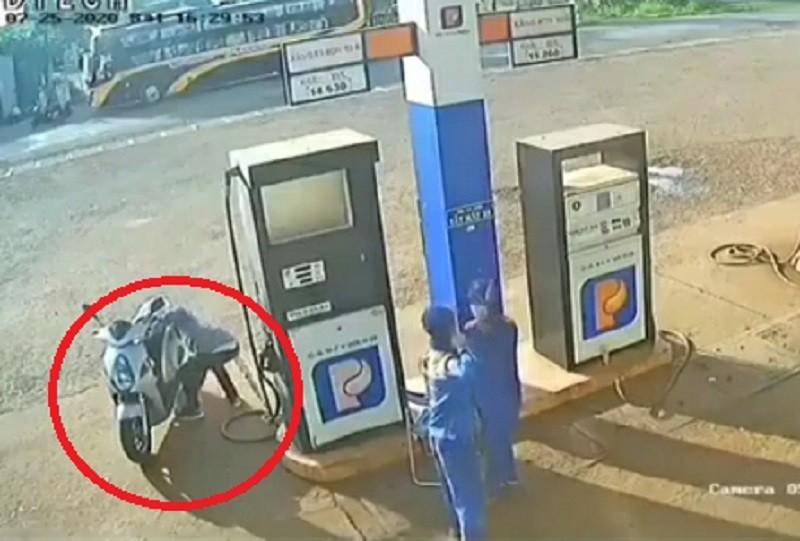 Người đàn ông 'nhặt' bọc tiền của nhân viên cây xăng - ảnh 2