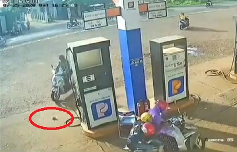 Người đàn ông 'nhặt' bọc tiền của nhân viên cây xăng - ảnh 1