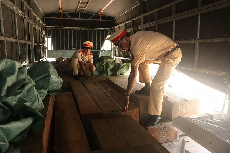 Bắt xe chở gỗ từ Đắk Lắk vào TP.HCM tiêu thụ - ảnh 2