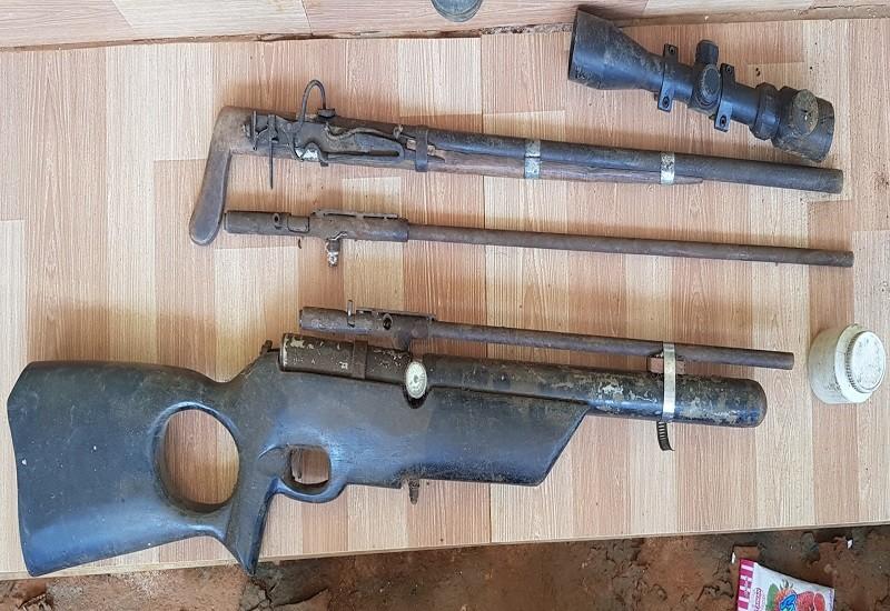 Phát hiện 2 khẩu súng trong nhà kẻ tàng trữ ma túy - ảnh 1