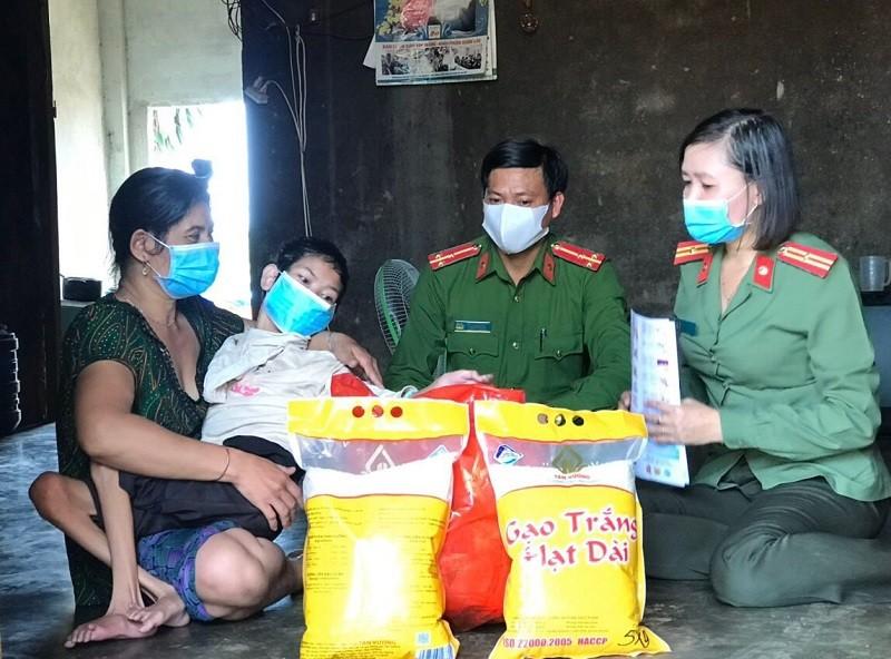 Hỗ trợ 50 tấn gạo cho hoàn cảnh khó khăn do ảnh hưởng COVID-19 - ảnh 2