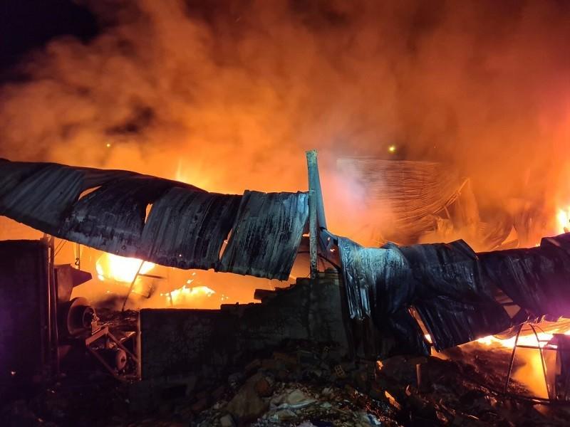 Cháy nhà kho trong đêm, thiệt hại hàng tỉ đồng - ảnh 1
