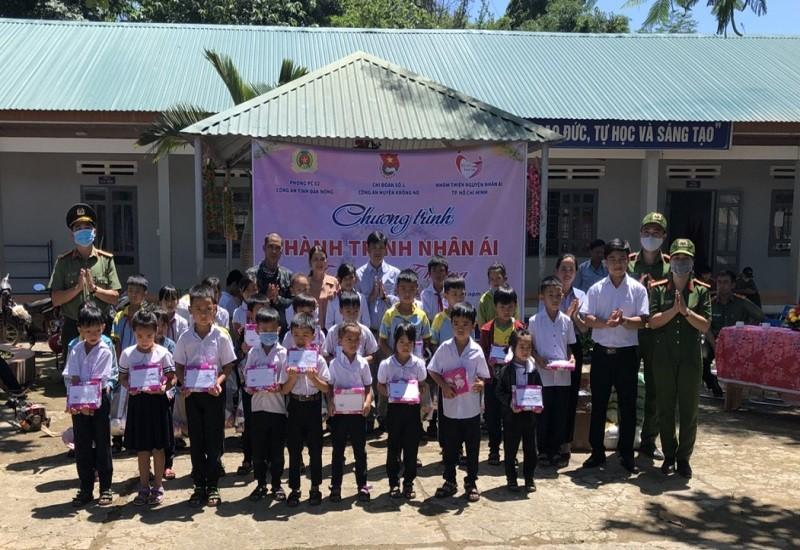 Đắk Nông: Trao hàng trăm suất quà cho học sinh nghèo  - ảnh 2