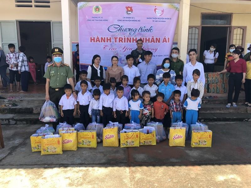 Đắk Nông: Trao hàng trăm suất quà cho học sinh nghèo  - ảnh 1