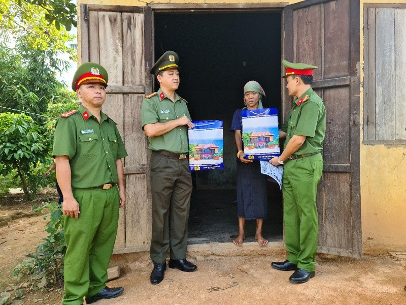 Đắk Nông: Trao hàng trăm suất quà cho học sinh nghèo  - ảnh 4