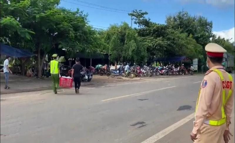 Cảnh sát phát xăng, nhu yếu phẩm miễn phí cho hàng trăm người đi đường - ảnh 3