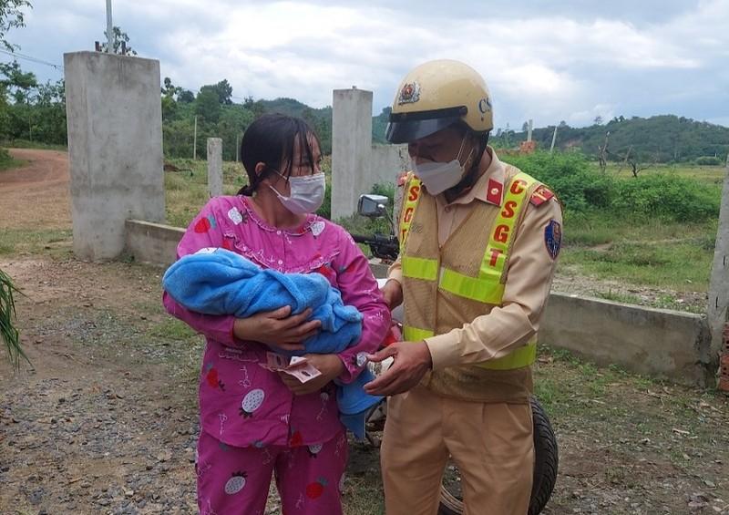 CSGT Đắk Nông hỗ trợ đưa mẹ con sản phụ vừa ra viện về nhà  - ảnh 1