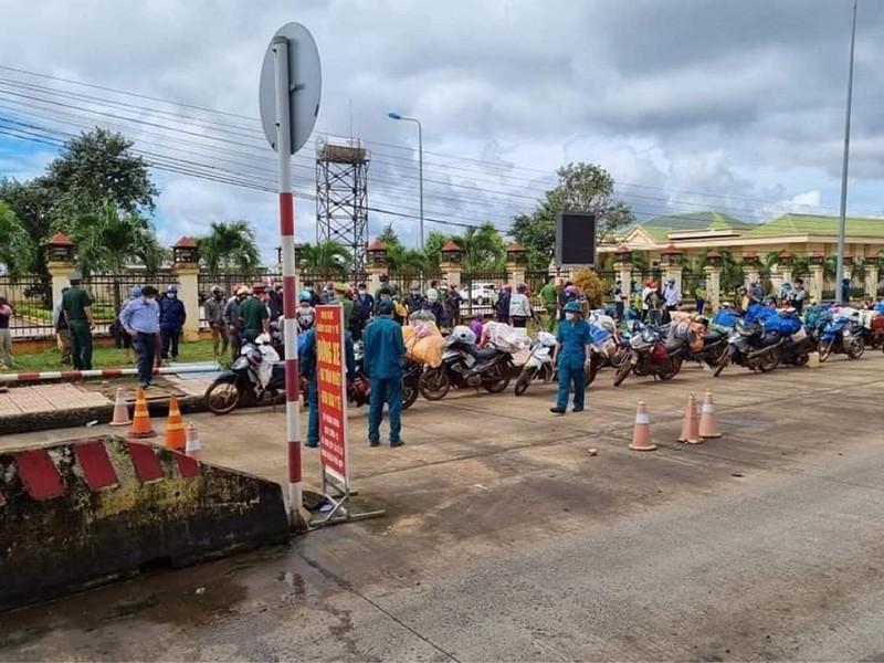 Đắk Nông, Bình Phước phối hợp hỗ trợ 125 người  đang đi xe máy về Nghệ An - ảnh 1
