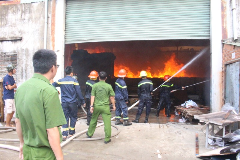 Đang cháy dữ dội công ty gỗ ở Bình Dương - ảnh 5