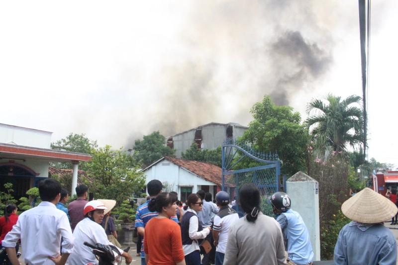 Đang cháy dữ dội công ty gỗ ở Bình Dương - ảnh 4