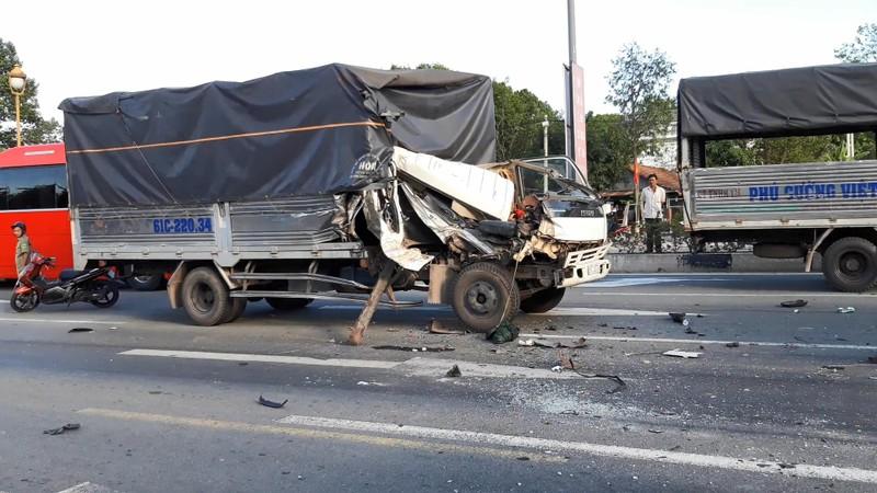 Lại xảy ra tai nạn khi dừng đèn đỏ, 6 người bị thương - ảnh 2