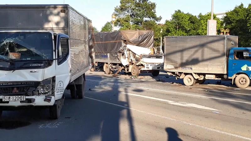 Lại xảy ra tai nạn khi dừng đèn đỏ, 6 người bị thương - ảnh 1