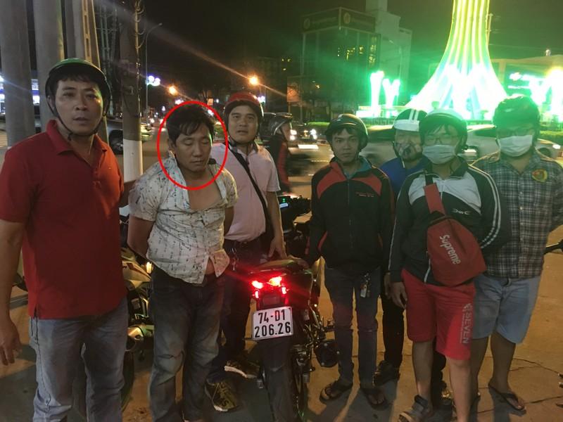 Hiệp sĩ bắt nóng tên trộm đang mang xe bán sang Campuchia - ảnh 1