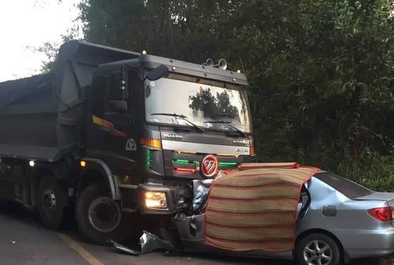 Đấu đầu với xe tải, 4 người thương vong - ảnh 1