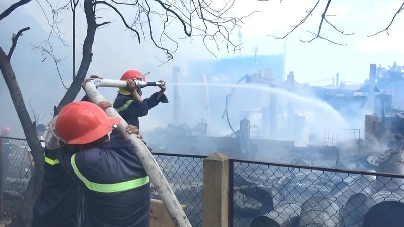 Hai vụ cháy liên tiếp tại Bình Dương, xe cứu hỏa gặp nạn - ảnh 3