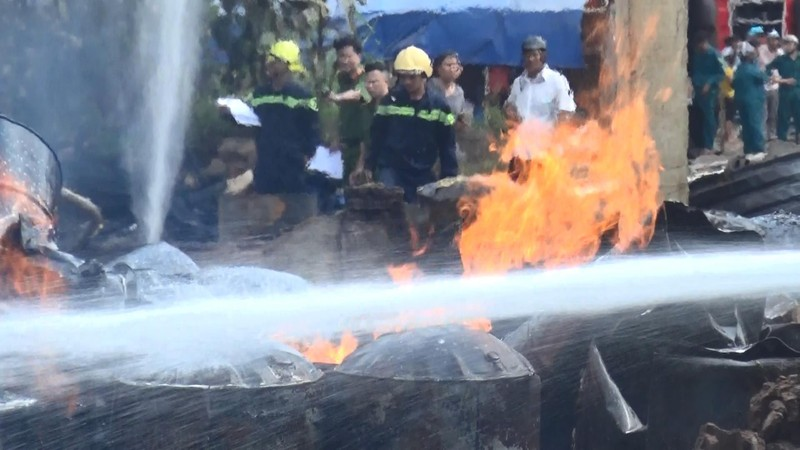 Hai vụ cháy liên tiếp tại Bình Dương, xe cứu hỏa gặp nạn - ảnh 4
