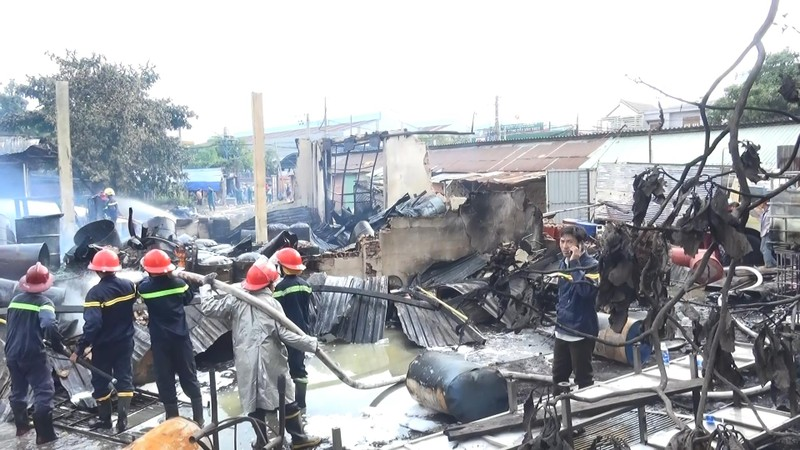 Hai vụ cháy liên tiếp tại Bình Dương, xe cứu hỏa gặp nạn - ảnh 5