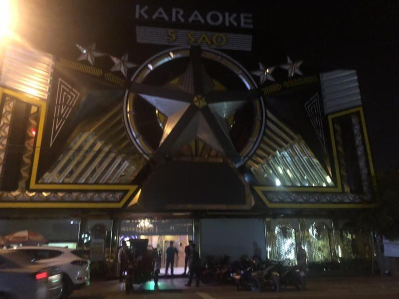 Quán karaoke ở Bình Dương chứa bom xăng, mã tấu và ma túy  - ảnh 1