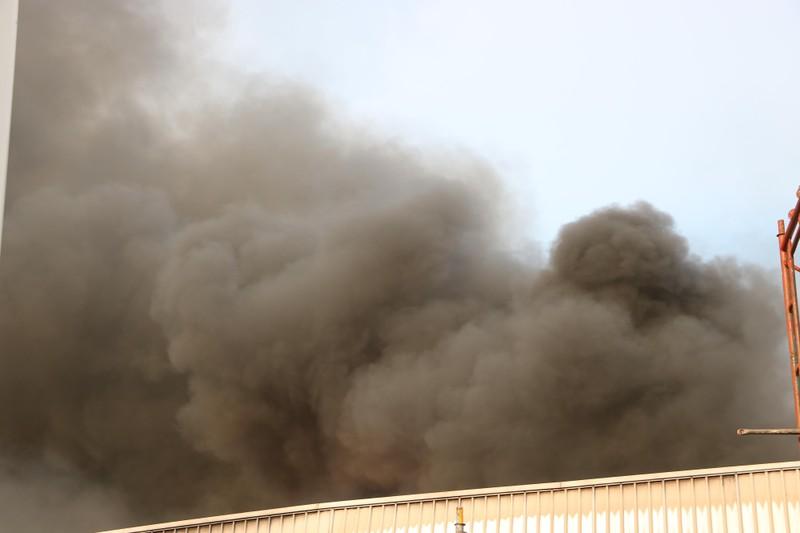 Bình Dương: Công ty sản xuất ghế nệm sofa cháy dữ dội  - ảnh 1