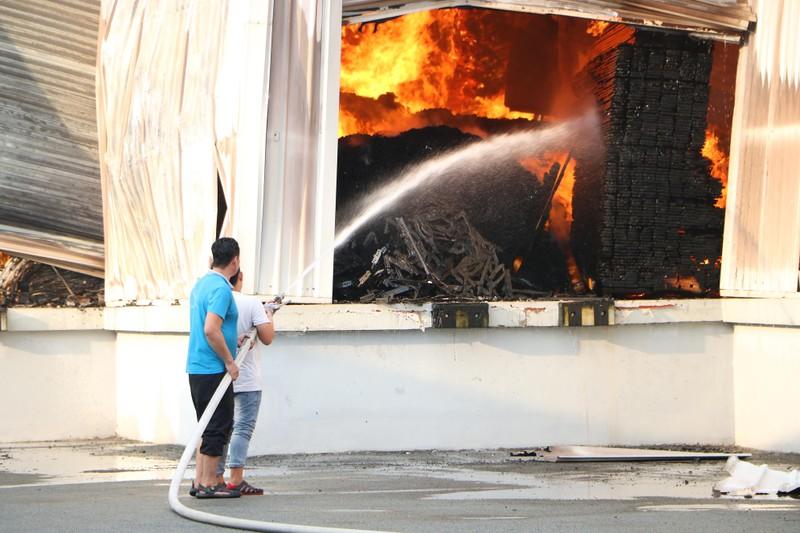 Bình Dương: Công ty sản xuất ghế nệm sofa cháy dữ dội  - ảnh 7