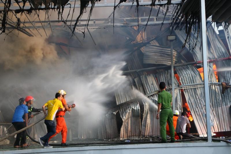 Bình Dương: Công ty sản xuất ghế nệm sofa cháy dữ dội  - ảnh 6