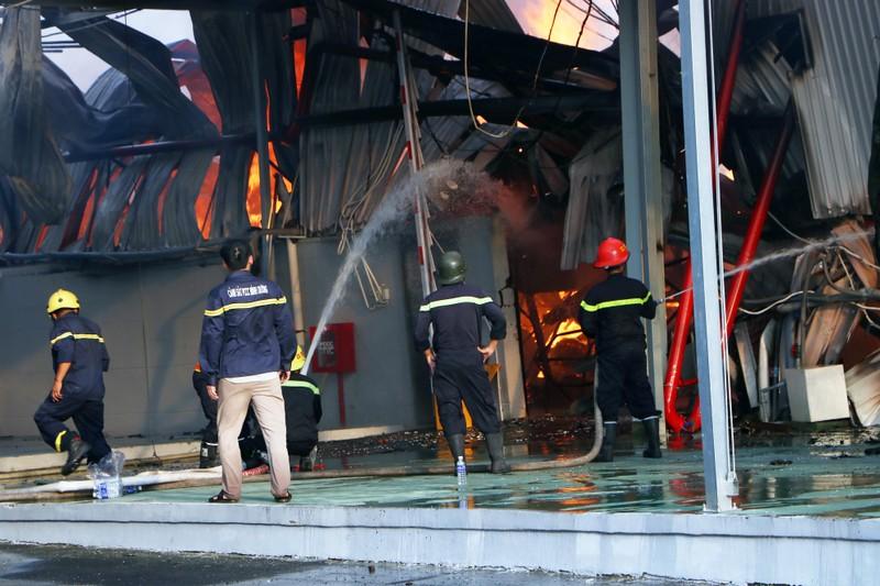 Bình Dương: Công ty sản xuất ghế nệm sofa cháy dữ dội  - ảnh 4