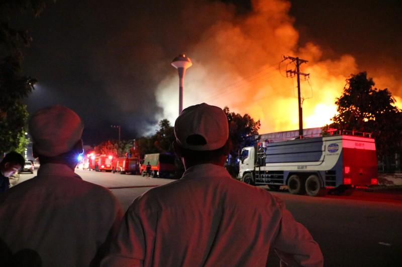 Bình Dương: Công ty sản xuất ghế nệm sofa vẫn cháy khủng khiếp - ảnh 1