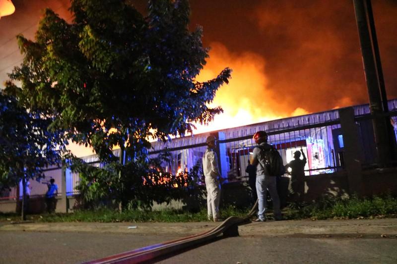 Bình Dương: Công ty sản xuất ghế nệm sofa vẫn cháy khủng khiếp - ảnh 4