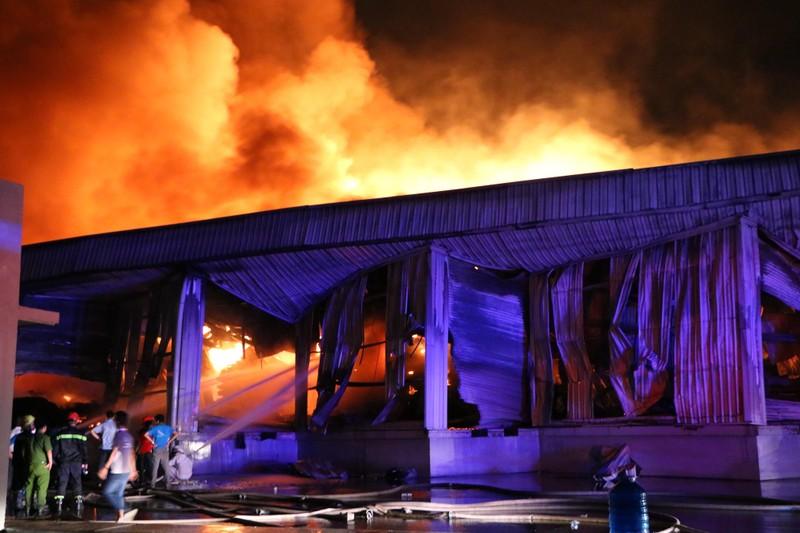 Bình Dương: Công ty sản xuất ghế nệm sofa vẫn cháy khủng khiếp - ảnh 11