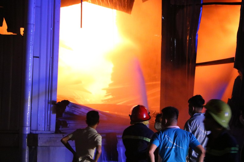 Bình Dương: Công ty sản xuất ghế nệm sofa vẫn cháy khủng khiếp - ảnh 6