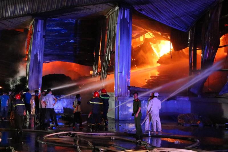 Bình Dương: Công ty sản xuất ghế nệm sofa vẫn cháy khủng khiếp - ảnh 7