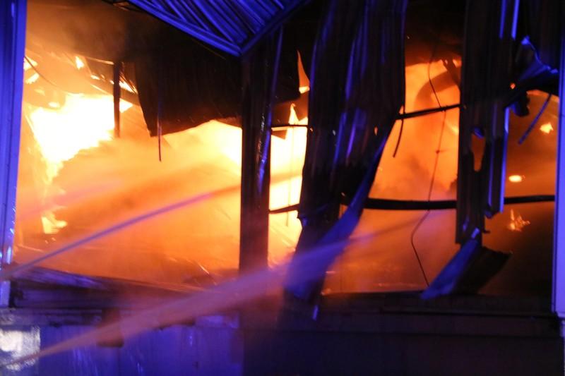 Bình Dương: Công ty sản xuất ghế nệm sofa vẫn cháy khủng khiếp - ảnh 5