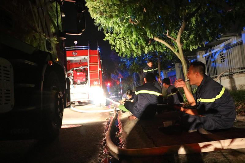 Bình Dương: Công ty sản xuất ghế nệm sofa vẫn cháy khủng khiếp - ảnh 3