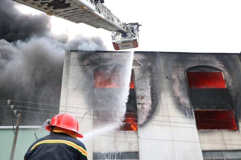TP.HCM chi viện cho Bình Dương để dập đám cháy lớn - ảnh 7