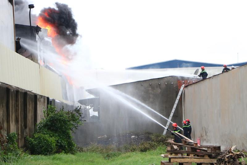 TP.HCM chi viện cho Bình Dương để dập đám cháy lớn - ảnh 9