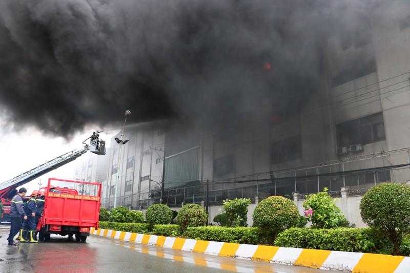 TP.HCM chi viện cho Bình Dương để dập đám cháy lớn - ảnh 14