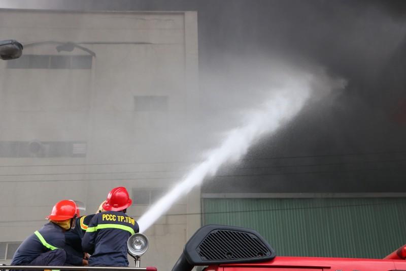 TP.HCM chi viện cho Bình Dương để dập đám cháy lớn - ảnh 11