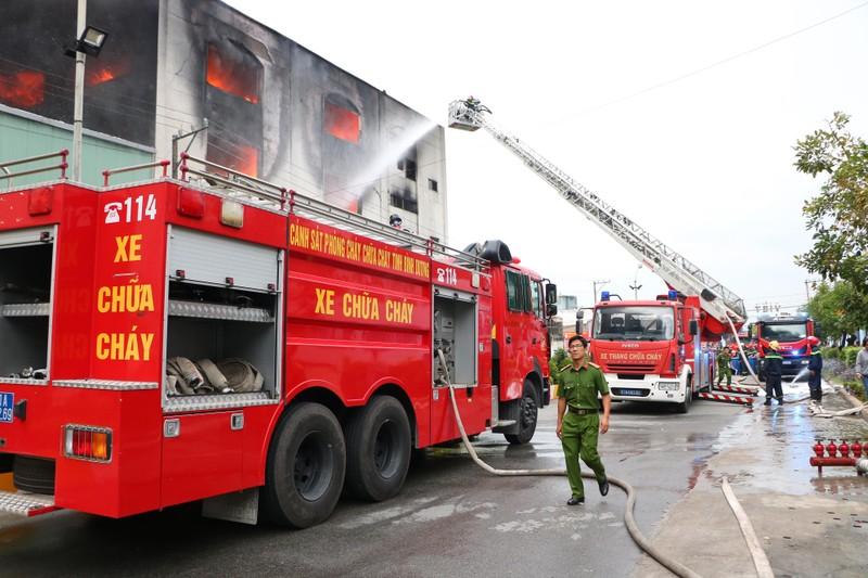TP.HCM chi viện cho Bình Dương để dập đám cháy lớn - ảnh 4