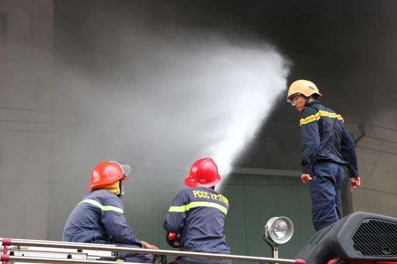 TP.HCM chi viện cho Bình Dương để dập đám cháy lớn - ảnh 12