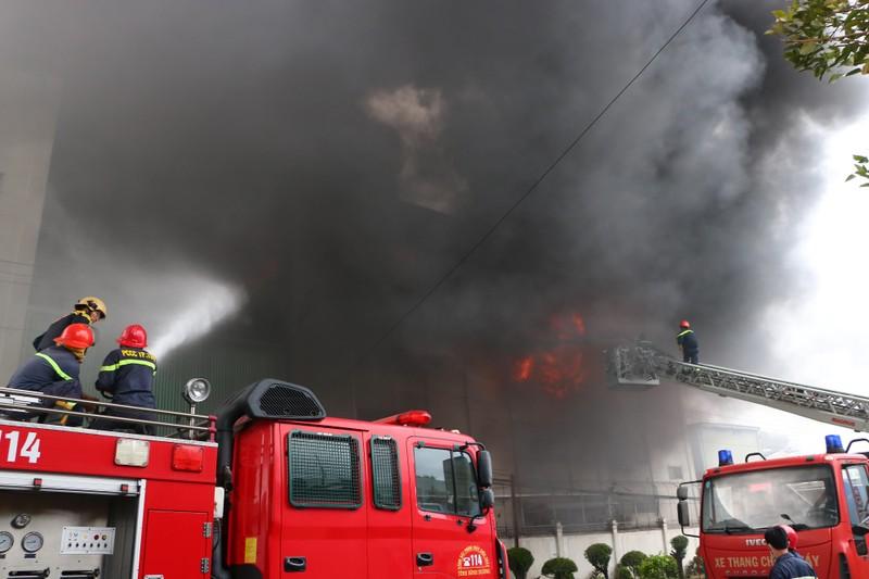 TP.HCM chi viện cho Bình Dương để dập đám cháy lớn - ảnh 6