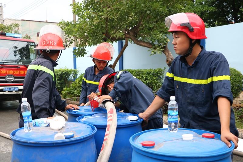 TP.HCM chi viện cho Bình Dương để dập đám cháy lớn - ảnh 10