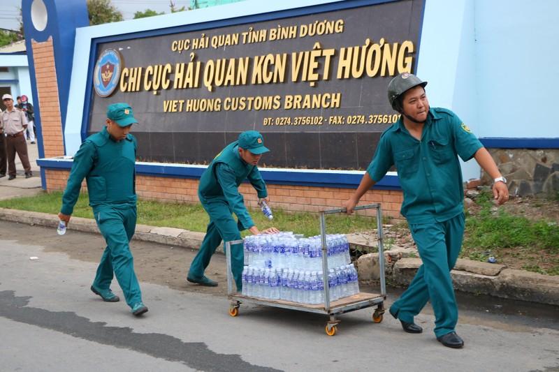 TP.HCM chi viện cho Bình Dương để dập đám cháy lớn - ảnh 17