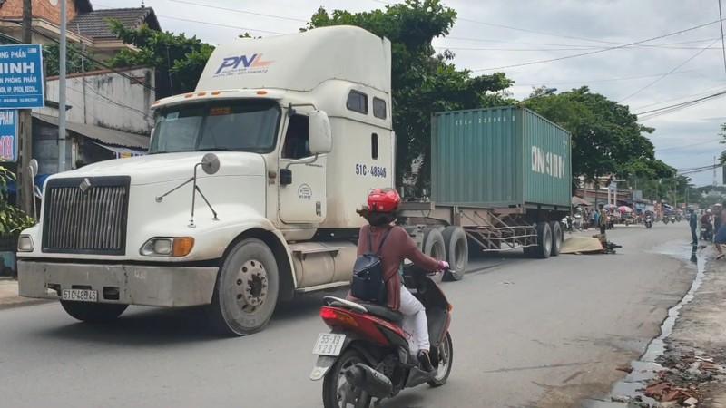 Container cán chết hai người đi xe máy tại Bình Dương - ảnh 1