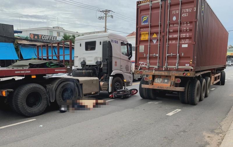 Container cán chết hai người đi xe máy tại Bình Dương - ảnh 2