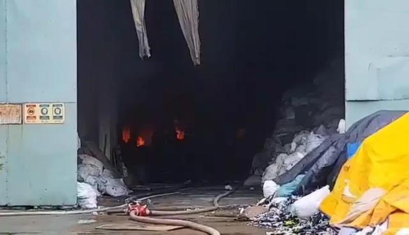Công nhân chạy thoát thân trong đám cháy lớn tại Bình Dương - ảnh 3