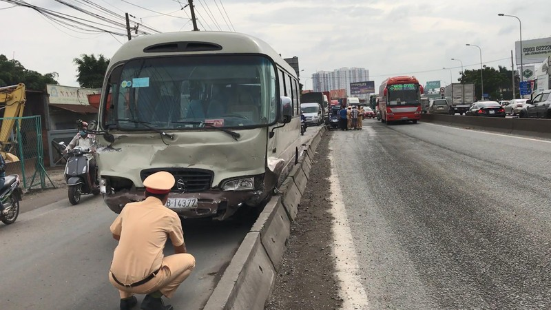 Tai nạn liên hoàn nhiều người may mắn thoát chết - ảnh 1