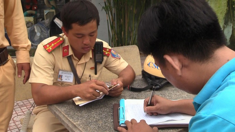 Hàng chục cảnh sát giao thông chốt 24/24 tại Bình Dương - ảnh 2